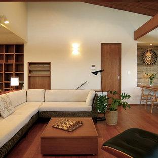 他の地域のミッドセンチュリースタイルのおしゃれなLDK (無垢フローリング、暖炉なし、壁掛け型テレビ、茶色い床、白い壁) の写真