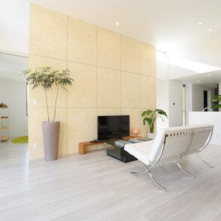 Foto di un soggiorno moderno aperto con pareti gialle, pavimento in compensato, nessun camino, TV autoportante e pavimento bianco