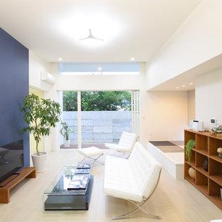 他の地域のアジアンスタイルのおしゃれなLDK (青い壁、暖炉なし、据え置き型テレビ、淡色無垢フローリング、ベージュの床) の写真