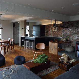 Imagen de salón abierto, asiático, de tamaño medio, sin chimenea, con paredes blancas y suelo de madera oscura