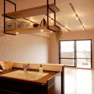 Exemple d'un petit salon tendance fermé avec un mur gris, un sol en contreplaqué, aucune cheminée, aucun téléviseur, un sol marron, un plafond en papier peint et du papier peint.