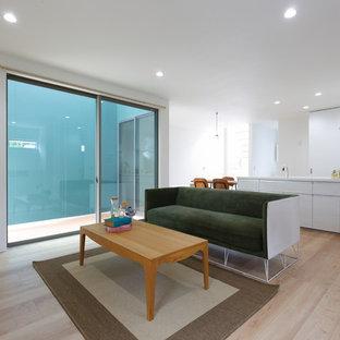 他の地域のモダンスタイルのおしゃれなLDK (白い壁、淡色無垢フローリング、ベージュの床) の写真