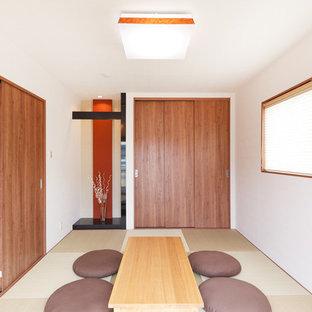 Ejemplo de salón actual con paredes blancas, tatami y suelo verde