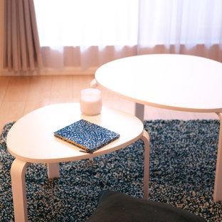 Idee per un piccolo soggiorno scandinavo stile loft con pareti arancioni, pavimento in compensato e TV autoportante