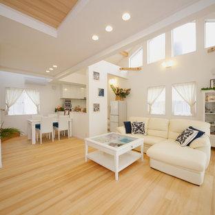 他の地域の中サイズのビーチスタイルのおしゃれなLDK (フォーマル、白い壁、淡色無垢フローリング、暖炉なし、据え置き型テレビ、ベージュの床) の写真