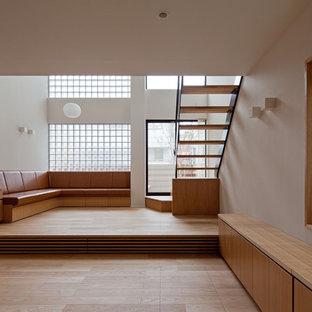 東京23区のアジアンスタイルのおしゃれなリビング (白い壁、無垢フローリング、茶色い床) の写真