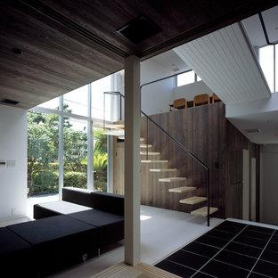 Foto de salón cerrado, moderno, con paredes marrones, suelo de baldosas de porcelana y suelo negro