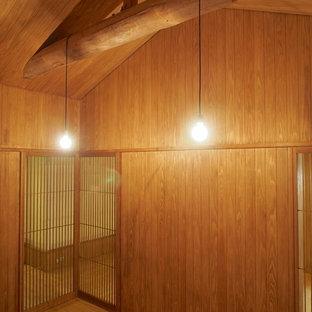 Diseño de salón cerrado, nórdico, con paredes marrones, suelo de madera en tonos medios y suelo marrón