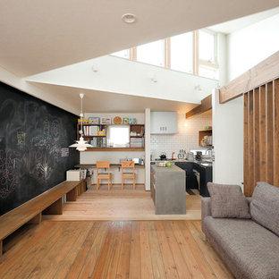 他の地域の中くらいのインダストリアルスタイルのおしゃれなリビング (白い壁、無垢フローリング、茶色い床) の写真