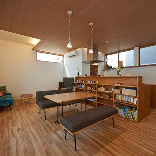 東京23区のアジアンスタイルのおしゃれなLDK (白い壁、無垢フローリング、据え置き型テレビ、茶色い床) の写真
