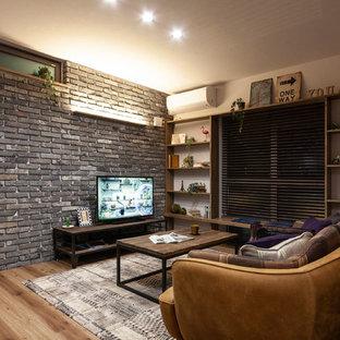 他の地域のインダストリアルスタイルのおしゃれなLDK (マルチカラーの壁、塗装フローリング、据え置き型テレビ、茶色い床) の写真