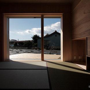 Immagine di un soggiorno con pareti marroni, pavimento verde, soffitto in legno e pareti in legno