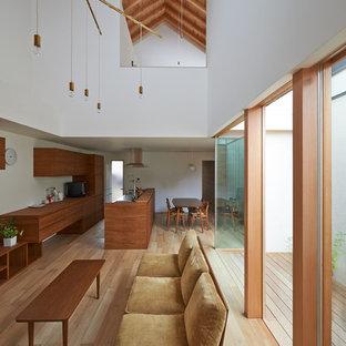 Inspiration pour un salon asiatique ouvert avec un mur blanc, un sol en bois clair, un téléviseur indépendant et un sol marron.
