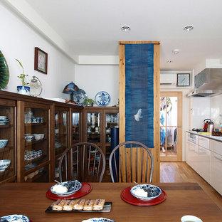 Kleines, Offenes Nordisches Wohnzimmer mit weißer Wandfarbe, dunklem Holzboden, braunem Boden und Tapetendecke in Tokio