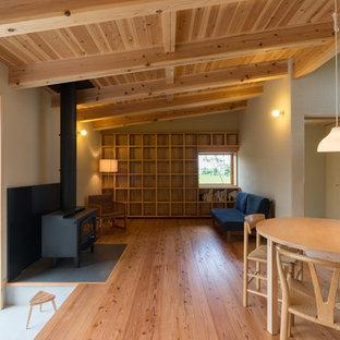 他の地域の小さいラスティックスタイルのおしゃれなLDK (据え置き型テレビ、ベージュの壁、無垢フローリング、茶色い床) の写真