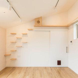 Modelo de salón abierto, papel pintado y ladrillo, nórdico, pequeño, ladrillo, con paredes blancas, suelo de madera clara, suelo beige, papel pintado y ladrillo