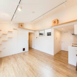 Imagen de salón abierto, papel pintado y ladrillo, nórdico, pequeño, ladrillo, con paredes blancas, suelo de madera clara, suelo beige, papel pintado y ladrillo