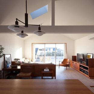 東京23区の中サイズの北欧スタイルのおしゃれなリビング (白い壁、淡色無垢フローリング、暖炉なし、白い床) の写真