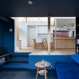 他の地域のコンテンポラリースタイルのおしゃれなリビング (セラミックタイルの床、壁掛け型テレビ) の写真