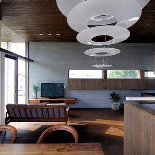 他の地域のアジアンスタイルのリビング・居間の画像 (濃色無垢フローリング、LDK、白い壁、据え置き型テレビ、茶色い床)