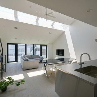 Offenes Modernes Wohnzimmer mit weißer Wandfarbe, Sperrholzboden, Wand-TV und grauem Boden in Tokio
