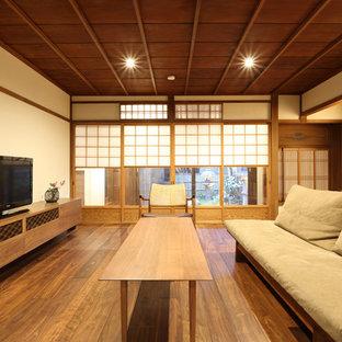 京都の中くらいの和風のおしゃれなLDK (白い壁、濃色無垢フローリング、据え置き型テレビ、茶色い床) の写真