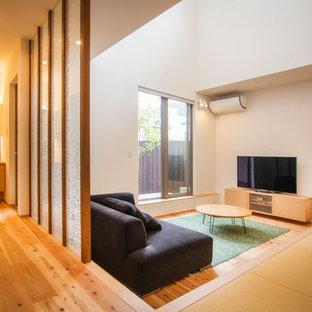 他の地域の中サイズの和風のおしゃれなLDK (白い壁、無垢フローリング、暖炉なし、据え置き型テレビ、茶色い床) の写真