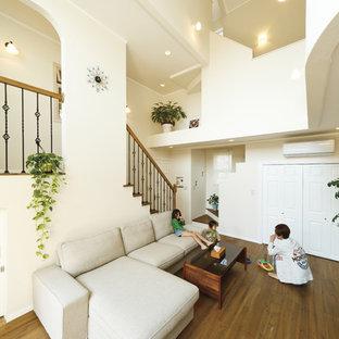 他の地域の地中海スタイルのおしゃれなリビング (白い壁、無垢フローリング、茶色い床) の写真