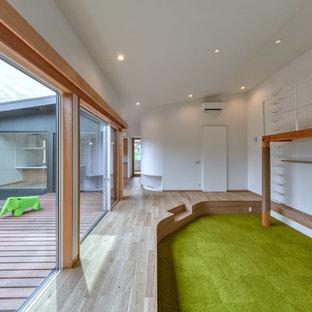 Foto di un soggiorno nordico aperto con pareti bianche, moquette, TV a parete e pavimento verde