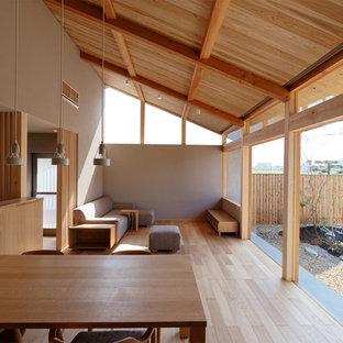 Foto de salón asiático, de tamaño medio, con paredes grises, suelo de madera clara y suelo beige
