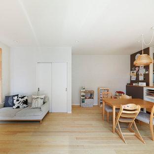 大阪の北欧スタイルのおしゃれなLDK (白い壁、淡色無垢フローリング、ベージュの床) の写真