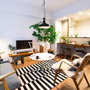 東京23区の小さい北欧スタイルのおしゃれなLDK (白い壁、淡色無垢フローリング、据え置き型テレビ、茶色い床) の写真