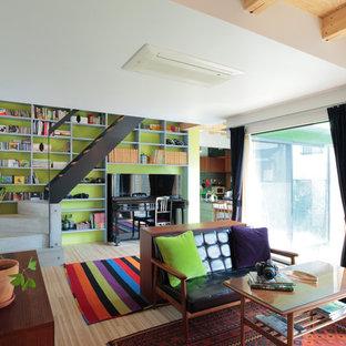 東京23区のコンテンポラリースタイルのおしゃれなLDK (緑の壁、淡色無垢フローリング、茶色い床) の写真