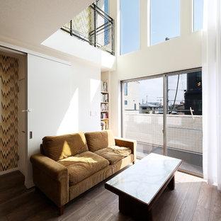 大阪のコンテンポラリースタイルのおしゃれなリビング (白い壁、濃色無垢フローリング、茶色い床) の写真