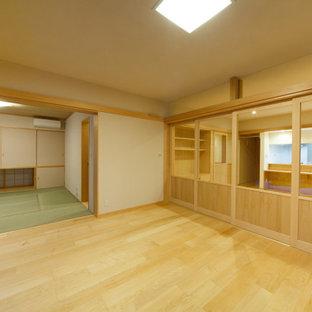 京都の広い和風のおしゃれなLDK (フォーマル、ベージュの壁、淡色無垢フローリング) の写真