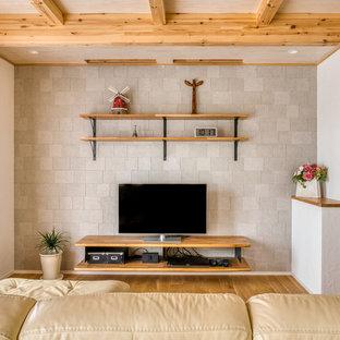他の地域の大きいカントリー風おしゃれなLDK (グレーの壁、無垢フローリング、据え置き型テレビ、茶色い床) の写真