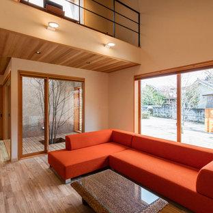 他の地域の和風のおしゃれなリビング (ベージュの壁、無垢フローリング、据え置き型テレビ、ベージュの床) の写真