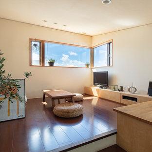 東京23区の中くらいのモダンスタイルのおしゃれなLDK (白い壁、濃色無垢フローリング、暖炉なし、据え置き型テレビ、茶色い床) の写真