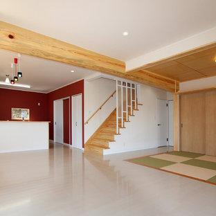 Ejemplo de salón para visitas abierto, moderno, de tamaño medio, sin chimenea y televisor, con paredes blancas, suelo de contrachapado y suelo blanco