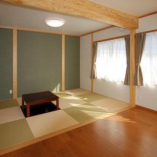 Imagen de salón para visitas abierto, asiático, pequeño, con paredes blancas, tatami y suelo verde