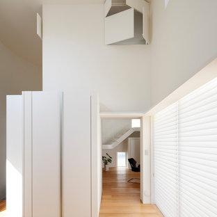 Diseño de salón abierto, contemporáneo, de tamaño medio, con paredes blancas y tatami