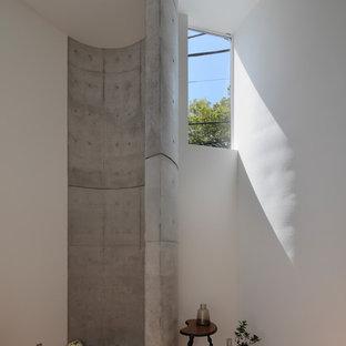 Imagen de salón abierto, contemporáneo, de tamaño medio, con paredes blancas y tatami