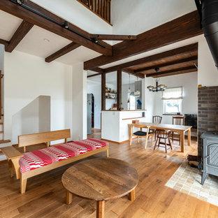 Ejemplo de salón para visitas abierto, campestre, de tamaño medio, con paredes blancas, tatami, chimenea de esquina, marco de chimenea de baldosas y/o azulejos, televisor independiente y suelo marrón