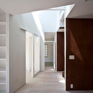Diseño de salón para visitas abierto, moderno, de tamaño medio, sin chimenea, con paredes marrones, suelo de contrachapado, televisor independiente y suelo blanco