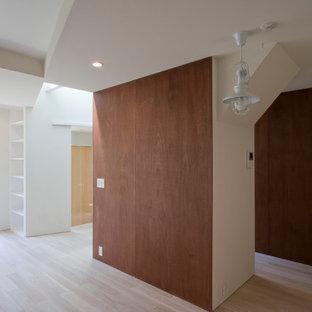 Foto de salón para visitas abierto, minimalista, de tamaño medio, sin chimenea, con paredes marrones, suelo de contrachapado, televisor independiente y suelo blanco
