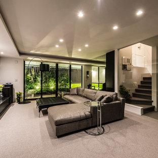 Exempel på ett stort modernt separat vardagsrum, med ett finrum, vita väggar, heltäckningsmatta, en fristående TV och grått golv
