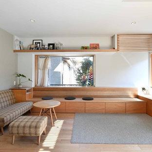 他の地域の北欧スタイルのおしゃれなリビング (白い壁、淡色無垢フローリング、据え置き型テレビ、ベージュの床) の写真