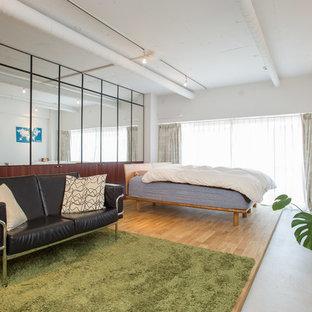 東京23区のコンテンポラリースタイルのおしゃれなリビング (白い壁、淡色無垢フローリング、暖炉なし、据え置き型テレビ、ベージュの床) の写真