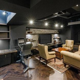エクレクティックスタイルのおしゃれなLDK (グレーの壁、濃色無垢フローリング、暖炉なし、壁掛け型テレビ、茶色い床) の写真