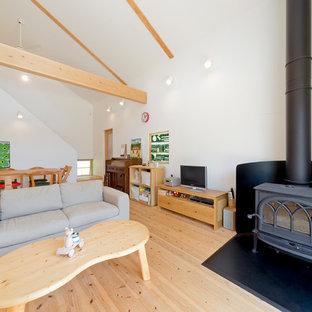 他の地域の北欧スタイルのおしゃれなLDK (白い壁、淡色無垢フローリング、据え置き型テレビ、ベージュの床) の写真